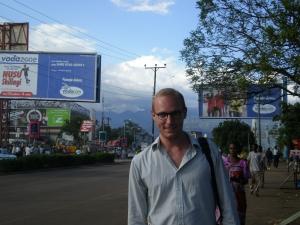 I Tanzania med Kilimanjaro i bakgrunden.